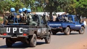 Des policiers et des gendarmes accompagnés par des troupes de la Minusca procèdent à des arrestations le 2 octobre 2014 à Bangui.