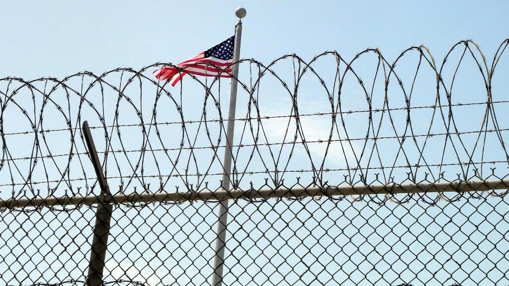 Le drapeau américain flottant sur la prison de Guantanamo, installée sur une base américaine à Cuba.