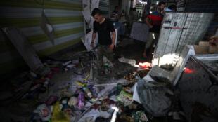 Des Irakiens dans le quartier de Chaab, à Bagdad, frappé le 17 mai 2016 par un attentat-suicide meurtrier.