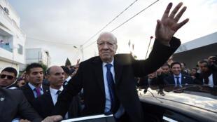الباجي قائد السبسي يحيي أنصاره بعد إدلائه بصوته