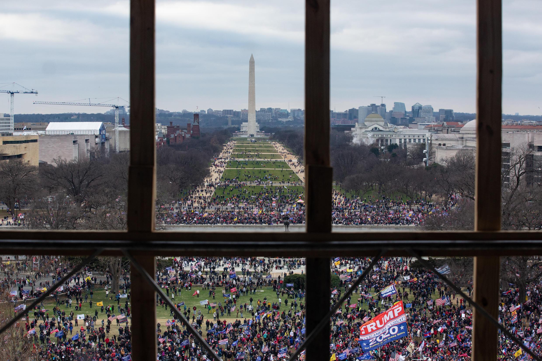 Le Capitole en État de siège dans cette photo de la manifestation prise depuis l'intérieur du bâtiment.