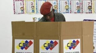 Un miembro de la guarda presidencial venezolana emite su voto durante las elecciones nacionales, el 20 de mayo de 2018 en Caracas