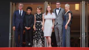 """فريق فيلم """"مصعوق"""" في مهرجان كان 2017، تود هاينس على أقصى اليسار وجوليان مور بالأبيض"""