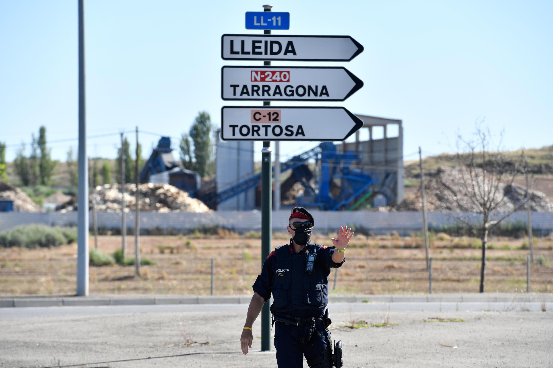 Un membre des forces de l'ordre catalanes effectue un contrôle, le 4 juillet 2020, sur la route menant à Lérida (Lleida).
