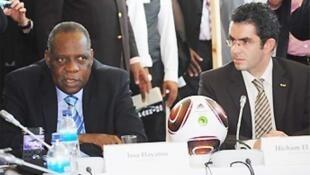 هشام العمراني إلى جانب الرئيس السابق للاتحاد الأفريقي لكرة القدم عيسى حياتو.