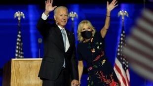 Le président élu Joe Biden et son épouse Jill saluent la foule le soir de sa victoire à la présidentielle américaine, le 7novembre à Wilmington, dans le Delaware.