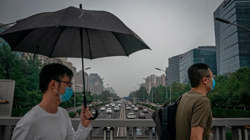 Los habitantes de Beijing llevan las mascarillas protectoras ante el nuevo brote de Covid-19 que se detectó en junio en la capital China, en una imagen del 3 de julio de 2020.