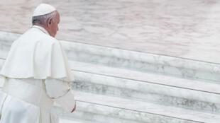 Imagen de archivo. El papa Francisco llega a la audiencia general semanal en el Vaticano.