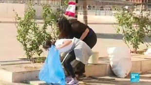 2019-11-07 17:01 Lebanon crisis: The environmental activists cleaning up the streets after protesters leave
