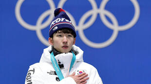 El surcoreano Lim Hyo-jun, en el podio tras proclamarse campeón de los 1.500 metros en los Juegos Olímpicos de Invierno 2018, el 11 de febrero de aquel año en Pyeongchang (Corea del Sur)