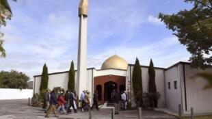 مصلون يدخلون مسجد النور في كرايستشيرش جنوب نيوزيلندا عند إعادة فتحه في 23 مارس/آذار 2019 بعد 8 أيام على الاعتداء الذي قتل فيه 50 مصليا