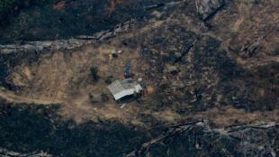 Vue aérienne d'une zone d'Amazonie dans la région de Boca do Acre le 24 avril 2020 qui subit les ravages de la déforestation