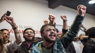 أنصار حزب الشعب الجمهوري المعارض يحتفلون في إسطنبول