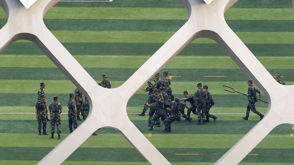 Soldados chinos realizando entrenamientos dentro del estadio de fútbol de la ciudad de Shenzhen durante el jueves 15 de agosto.
