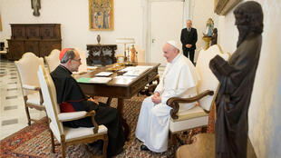 El papa Francisco recibe al cardenal Philippe Barbarin, arzobispo de Lyon, en el Vaticano, el 18 de marzo de 2019.