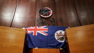 Un drapeau de Hong Kong à l'époque britannique a été déployé dans le parlement local le 1er juillet 2019.