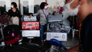 مواطنون ينتظرون في مطار مانيلا - الفلبين
