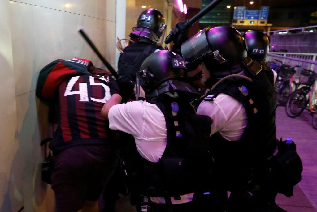 Policía antidisturbios detiene a un activista después de una marcha en el distrito de Sha Tin en el este, Hong Kong, China, 14 de julio de 2019.