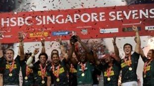 L'équipe d'Afrique du Sud exulte après avoir remporté le tournoi du circuit mondial de rugby à VII de Singapour, en finale face aux Fidji, le 14 avril 2019