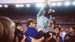 Le sélectionneur Michel Hidalgo, porté en triomphe par ses joueurs après le sacre des Bleus à l'Euro-1984, le 27 juin au Parc des Princes