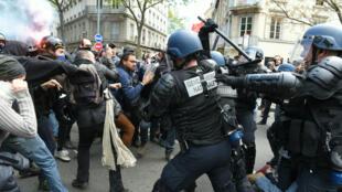 Des manifestants contre la Loi travail face à des CRS le 28 avril 2016 à Lyon.