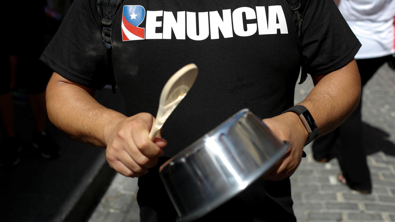 """Un hombre participa del """"cacerolazo"""" para pedir la renuncia del gobernador Ricardo Rosselló en San Juan, Puerto Rico, el 20 de julio de 2019."""