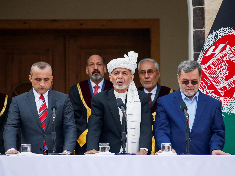 El presidente de Afganistán, Ashraf Ghani, su primer vicepresidente, Amrullah Saleh (izq) y el segundo vicepresidente, Sarwar Danish (der), hacen el juramento de investidura en Kabul, Afganistán, el 9 de marzo de 2020.