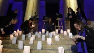 ناشطون لبنانيون يضيئون شموعا رفضا للعنف بحق النساء على درج المتحف الوطني في بيروت في 23 كانون الأول/ديسمبر 2017
