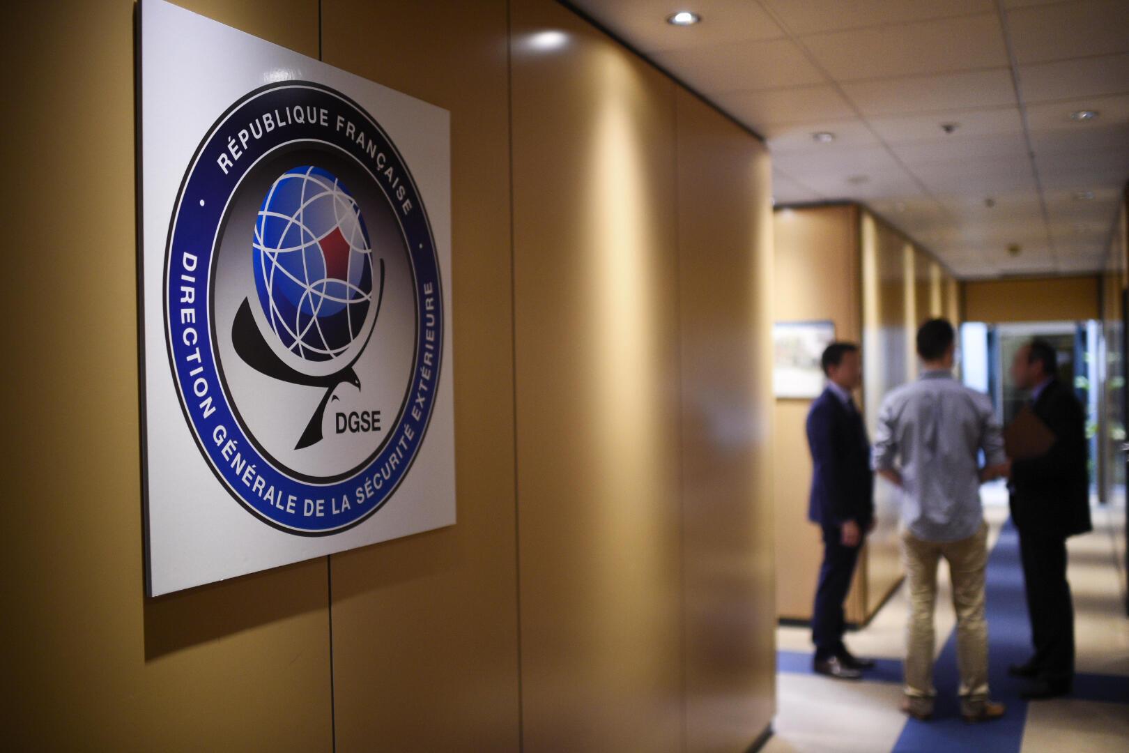 Dans les couloirs de la caserne du Boulevard Mortier à Paris, siège de la Direction Générale de la Sécurité Extérieure (DGSE), le service de renseignement extérieur de la France.