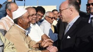 Le ministre de l'Intérieur Bernard Cazeneuve rencontre des fidèles musulmans après la prière de l'Eïd, le 4 octobre 2014.
