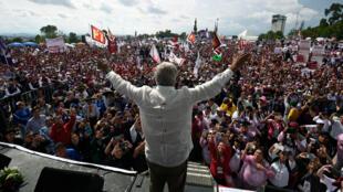 El candidato presidencial Andrés Manuel López Obrador saluda a los simpatizantes durante un mitin de campaña en Puebla, México, el 23 de junio de 2018.