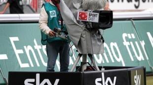 Sky, ici lors d'un match de Bundesliga à Kaiserslautern, le 18 septembre 2010, va diffuser gratuitement les deux multiplex suivant la reprise en Allemagne