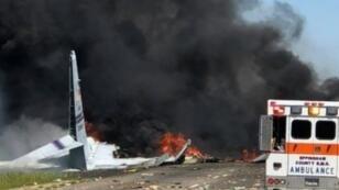صورة وزعتها الرابطة الدولية لرجال الإطفاء في سافانا تظهر طائرة شحن عسكرية من طراز سي-130 تحترق بعد سقوطها وتحطمها بولاية جورجيا الأمريكية  2 أيار/مايو 2018.