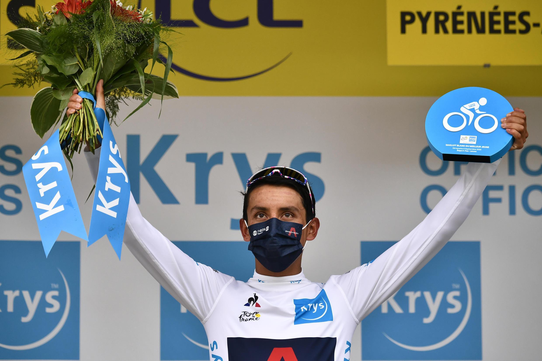 El colombiano Egan Bernal, segundo en la general, sigue liderando la clasificación de los jóvenes después de la novena etapa del Tour de Francia, en Laruns, el 6 de septiembre de 2020.