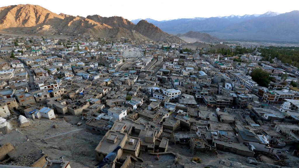 Imagen de archivo. Una puesta de sol sobre Leh, la ciudad más grande en la región de Ladakh, en el estado indio de Cachemira, India, el 26 de septiembre de 2016.