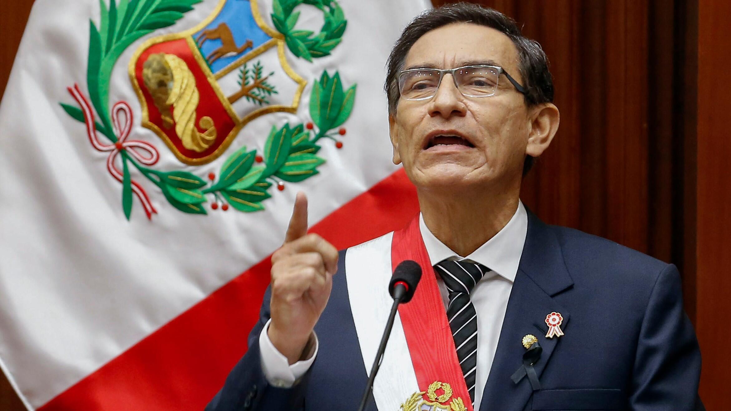 Esta imagen publicada por la Presidencia peruana muestra al presidente Martin Vizcarra entregando el discurso anual a la nación desde el edificio del Congreso en Lima, como parte de las actuaciones del Día Nacional en Lima el 28 de julio de 2020.