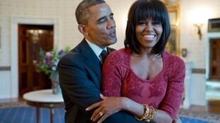 """الرئيس الأمريكي السابق يعانق زوجته ويكتب"""" أستقبل العام الجديد مع الشخص الذي أحبه"""""""