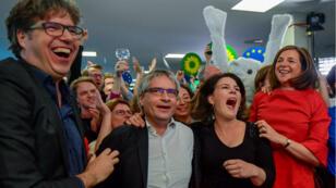 Les candidats des Verts allemands à la fois surpris et heureux à la vue des excellents résultats de leur parti aux élections européennes, le 26mai2019.