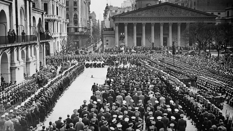 Alrededor de un millón de personas rindieron tributo a Eva Perón durante su funeral de estado en Buenos Aires, el 1° de agosto de 1952.