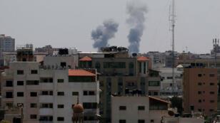 El humo se eleva después de un ataque aéreo israelí en Gaza, el 29 de mayo de 2018.