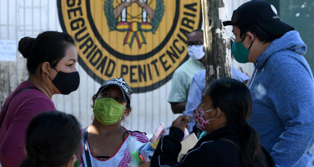 Familiares de presidiarios esperan fuera de una cárcel para llevarles comida a sus familiares en prisión en medio de la pandemia de coronavirus. Santa Cruz, Bolivia, el 18 de mayo de 2018.