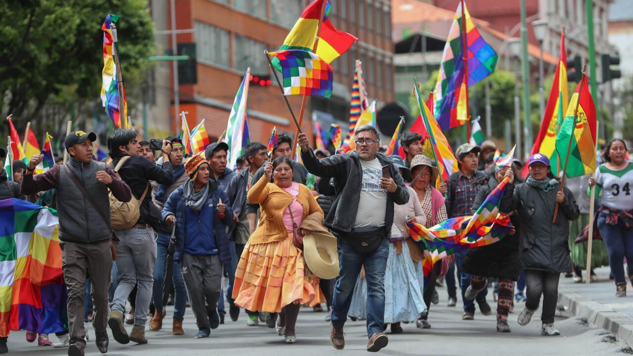 En Bolivia, entretanto, el expresidente Evo Morales convirtió la Whipala en un símbolo oficial del país. Hoy sus seguidores se identifican con la bandera, y se ha visto a algunos detractores quemándola. La autoproclamada presidenta interina Jeanine Añez dice que seguirá reconociendo la bandera como símbolo de unidad, a pesar de que en el pasado rechazó su uso en su región. La Paz, Bolivia, 12 de noviembre de 2019.