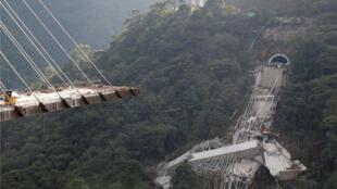 Vista de un puente en construcción que colapsó dejando trabajadores muertos y heridos en Chirajara cerca de Bogotá, Colombia 15 de enero de 2018