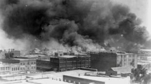El humo se eleva desde los edificios durante la masacre en Tulsa, Oklahoma, EE. UU en 1921.