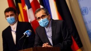 El embajador de Irán ante la ONU, Majid Takht Ravanch, habla con los periodistas después de que el secretario de Estado de los Estados Unidos, Mike Pompeo, instó a los miembros del Consejo de Seguridad de la ONU a restablecer las sanciones contra Irán en Nueva York, Estados Unidos, el 20 de agosto de 2020.