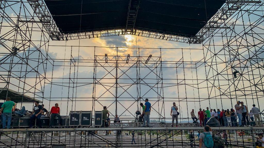 Instalación de la tarima en el puente Tienditas, que conecta el estado venezolano de Táchira con Colombia, para el concierto organizado por el Gobierno de Maduro. 21 de febrero de 2019.