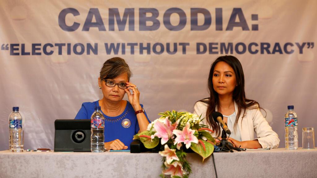 La Vicepresidenta del Partido Nacional de Rescate de Camboya (CNRP), Mu Sochua y la Directora Adjunta de Asuntos Exteriores del CNRP, Monovithya Kem, celebraron una conferencia de prensa en Yakarta, Indonesia, el 30 de julio de 2018.