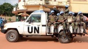 Des casques bleus rwandais patrouillent à Bangui, en décembre 2014.