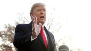 El presidente de EE. UU., Donald Trump, habla con los periodistas a la salida de la Casa Blanca antes de viajar a Utah, el 4 de diciembre de 2017.