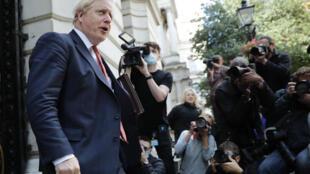 رئيس الوزراء البريطاني بوريس جونسون مغادرا مقر الخارجية بعد عقد أول اجتماع للحكومة بحضور الوزراء في لندن في 21 تموز/يوليو 2020.